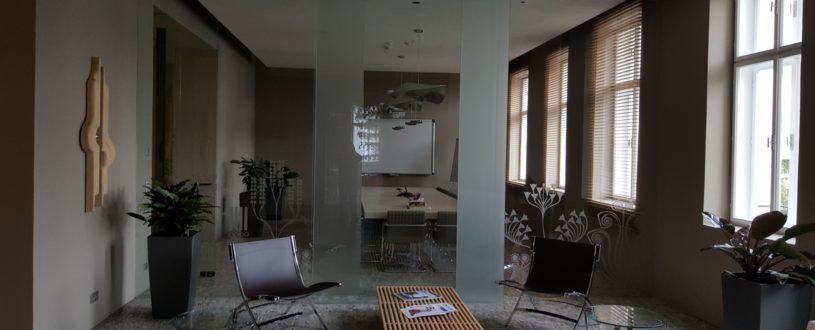 zasedací místnost s celoskleněnou stěnou