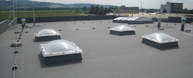 Lehký a funkční světlík na střeše výrobní haly