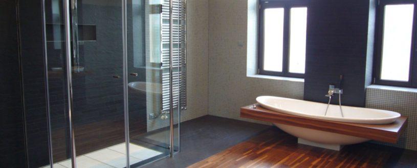 Atypický bezrámový skleněný sprchový kout na přání klienta
