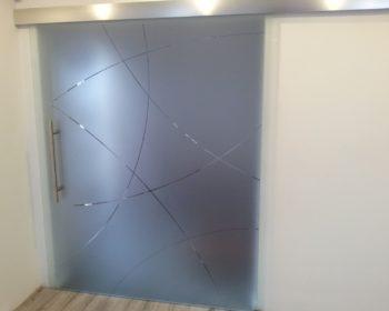 Pískování vzoru na posuvných celoskleněných dveřích
