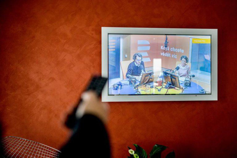 TV skrytá v zrcadle