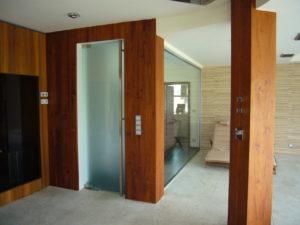 Kyvné celoskleněné dveře MIJADOOR